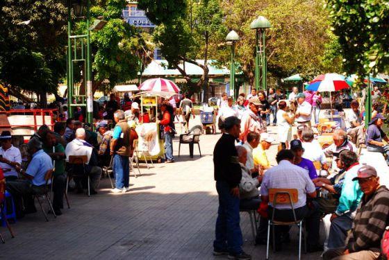 Jugadores de naipes en la plaza O'Higgins, en Valparaíso (Chile). J. Amnéstica